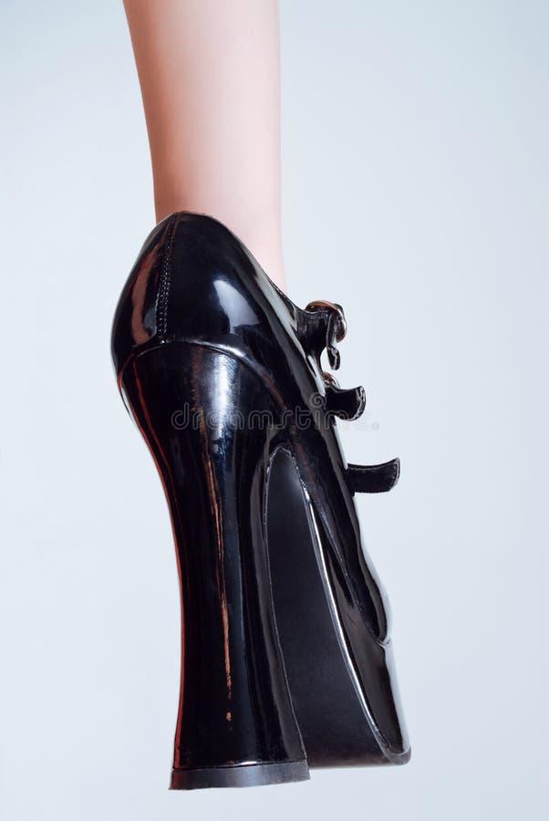 hög lädersko för svart häl arkivbild