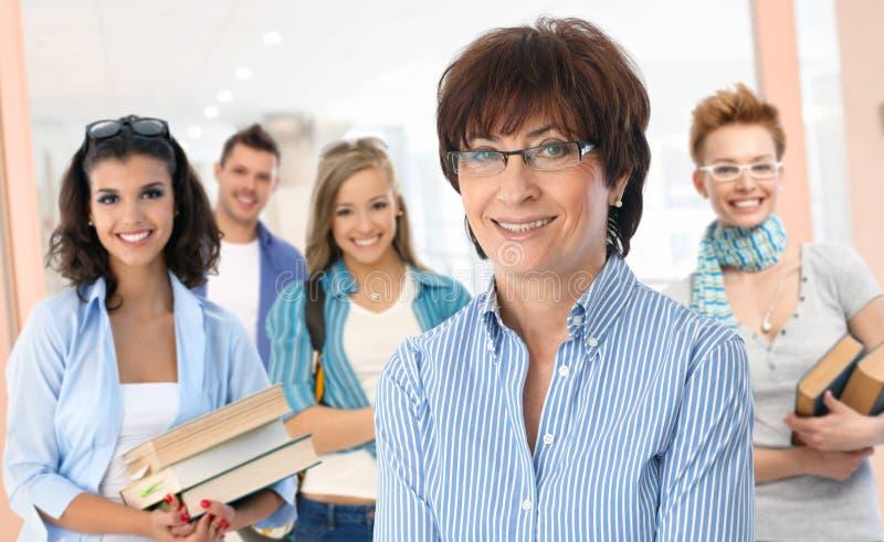 Hög lärarinna med gruppen av studenter royaltyfri bild