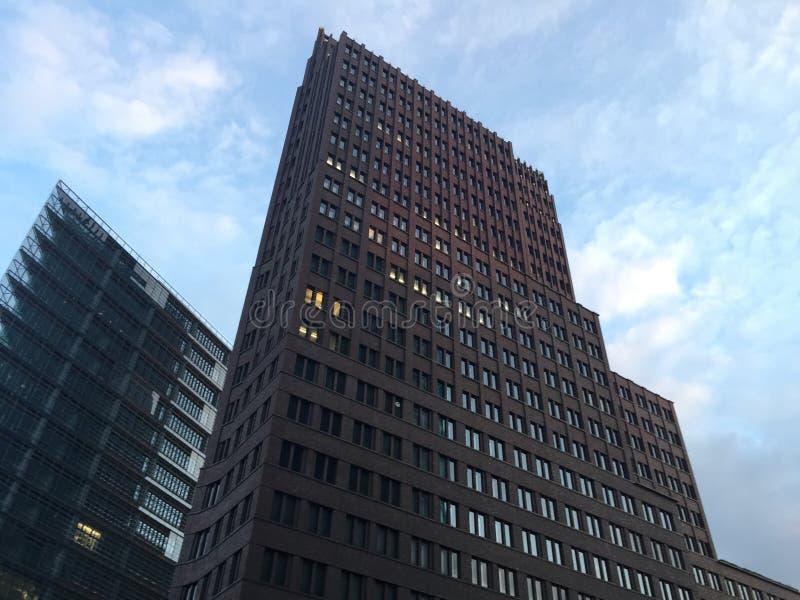 Hög löneförhöjning för modernt kontor mot blå himmel arkivbilder