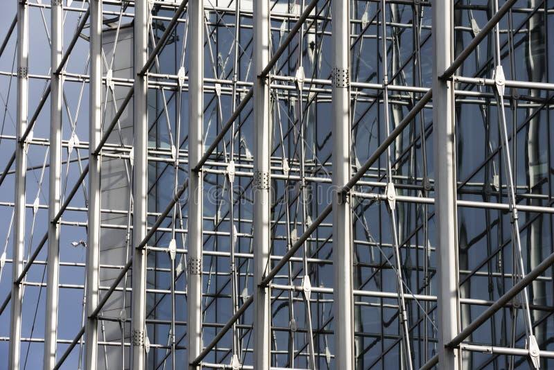 Hög löneförhöjningbyggnad för modernt kontor arkivfoto