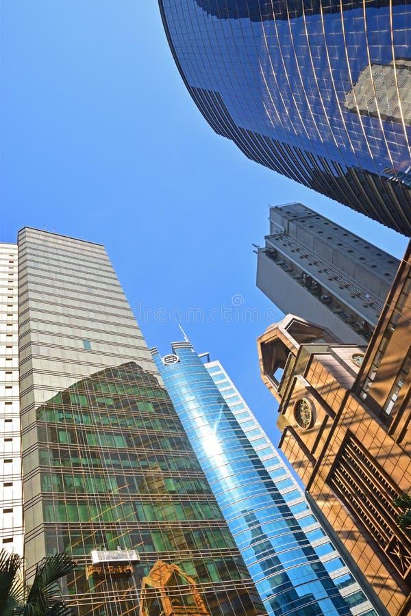 Hög löneförhöjningbyggnad med den Glass panelen och reflexion royaltyfri bild