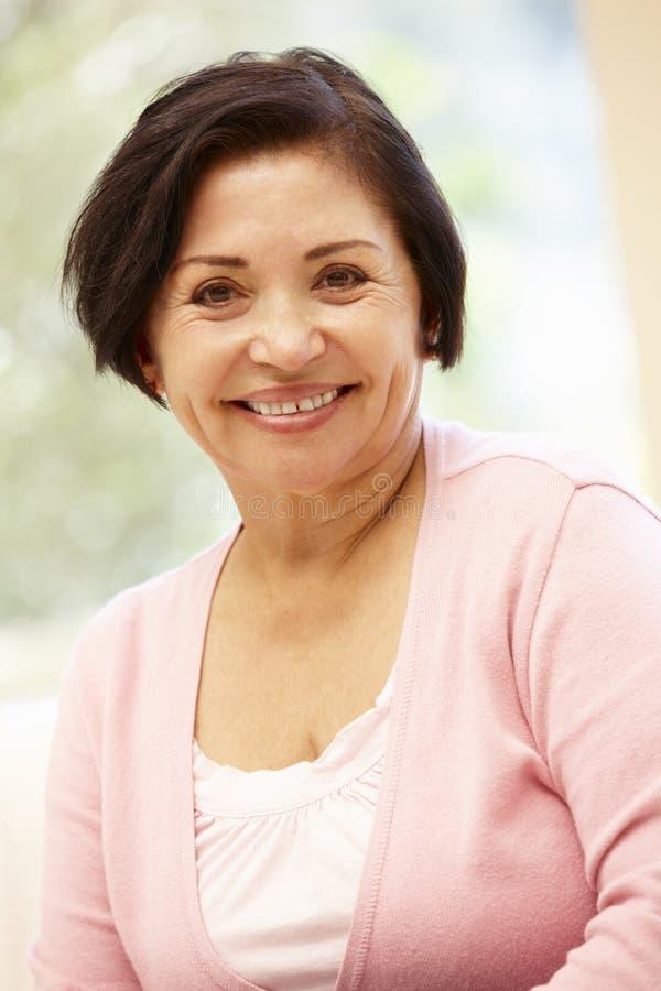 Hög latinamerikansk kvinna hemma royaltyfri fotografi
