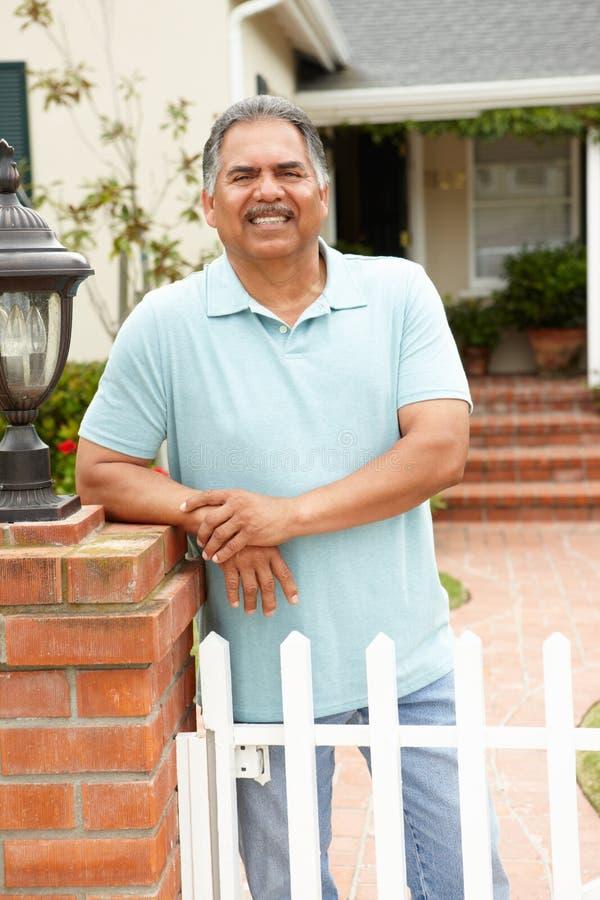 Hög latinamerikansk man utanför utgångspunkt arkivbild