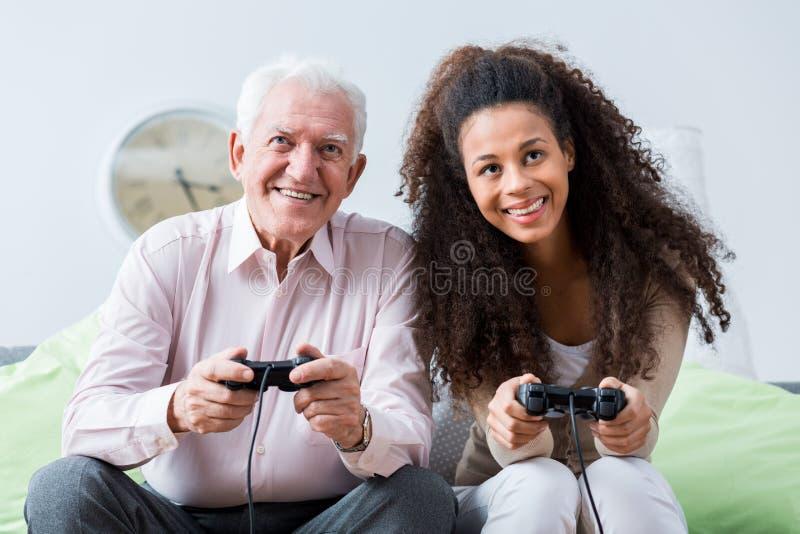 Hög lycklig man i ungdomarvärlden royaltyfri foto
