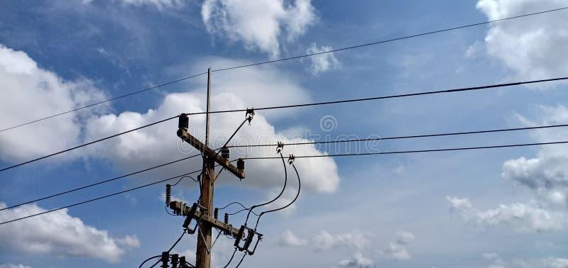 Hög makt och himmel arkivfoton