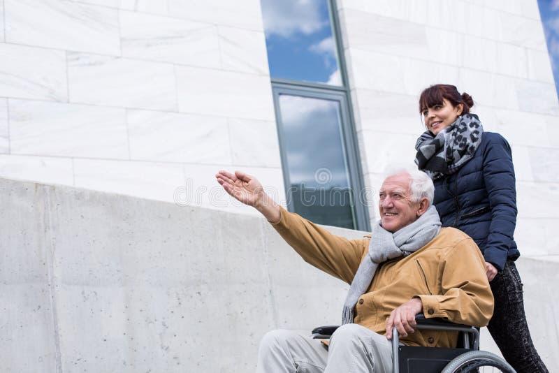 Hög man för lycklig handikappade personer arkivfoton