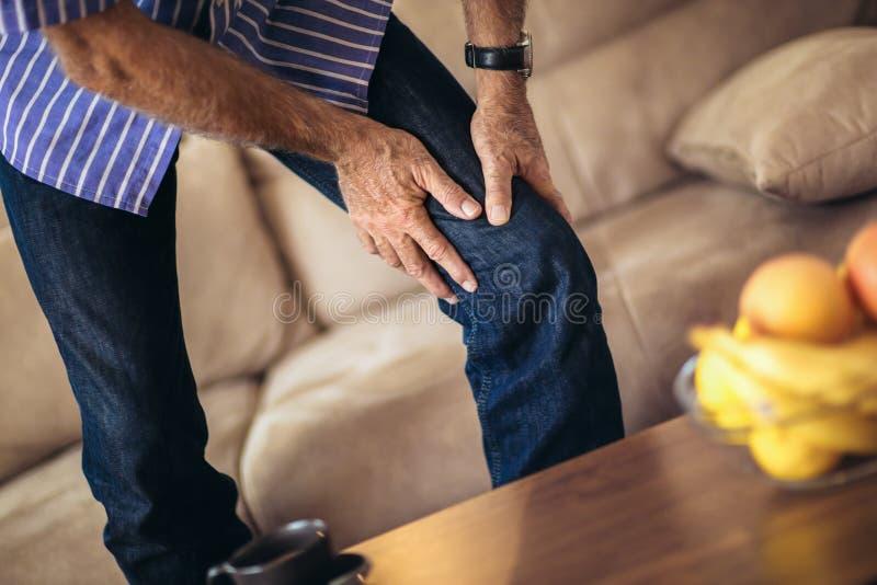 Hög man med kroniska knäproblem royaltyfria foton
