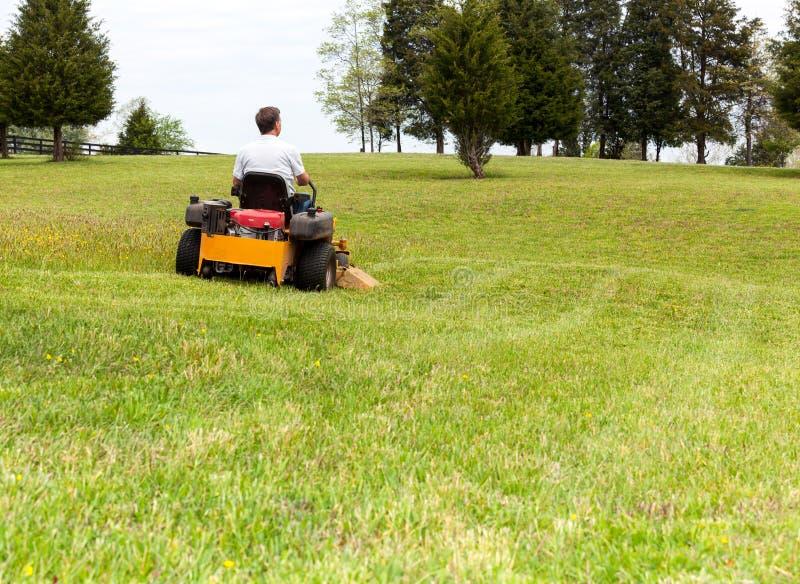 Hög man på nollvändlawngräsklippningsmaskinen på torva royaltyfria foton