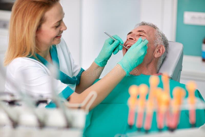Hög man på tandläkaren royaltyfri bild
