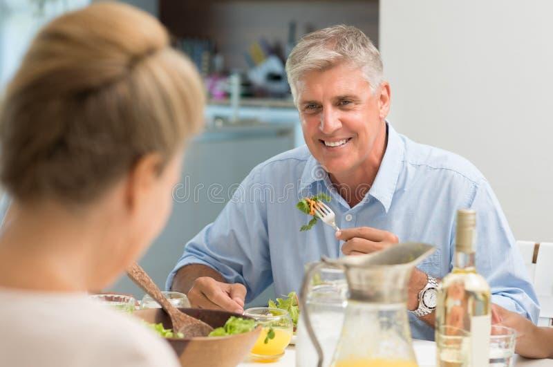 Hög man som äter mat royaltyfria foton