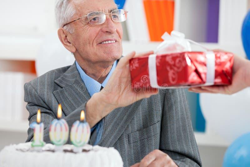 Hög man som firar födelsedag royaltyfri fotografi