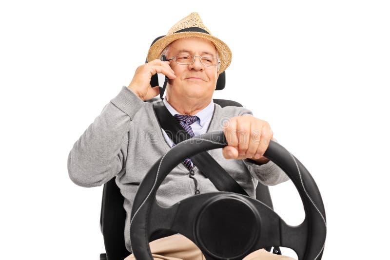 Hög man som kör och talar på telefonen royaltyfri foto