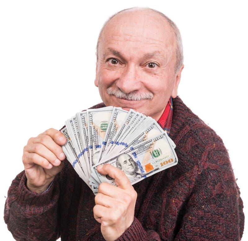 Hög man som rymmer en bunt av pengar Stående av en upphetsad gammal affärsman royaltyfri bild
