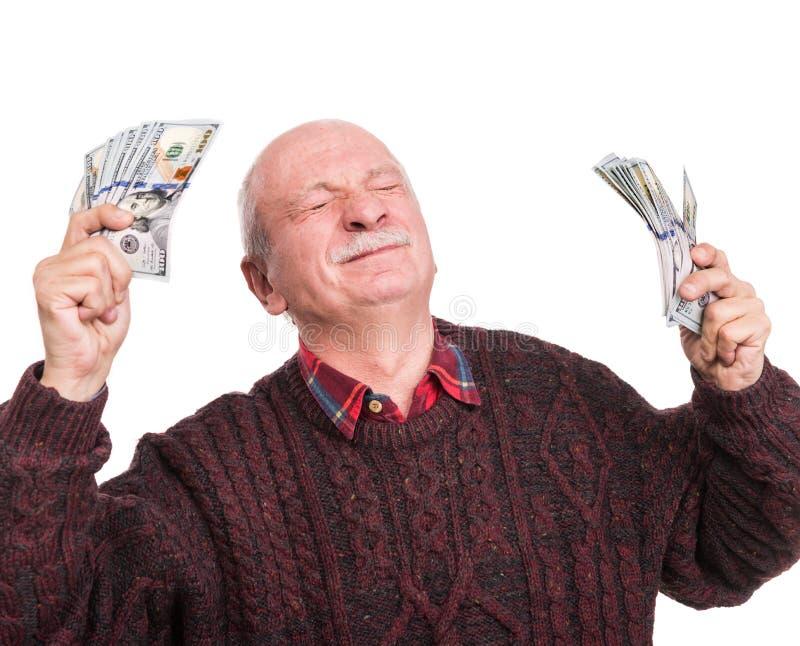 Hög man som rymmer en bunt av pengar Stående av en upphetsad gammal affärsman royaltyfria foton