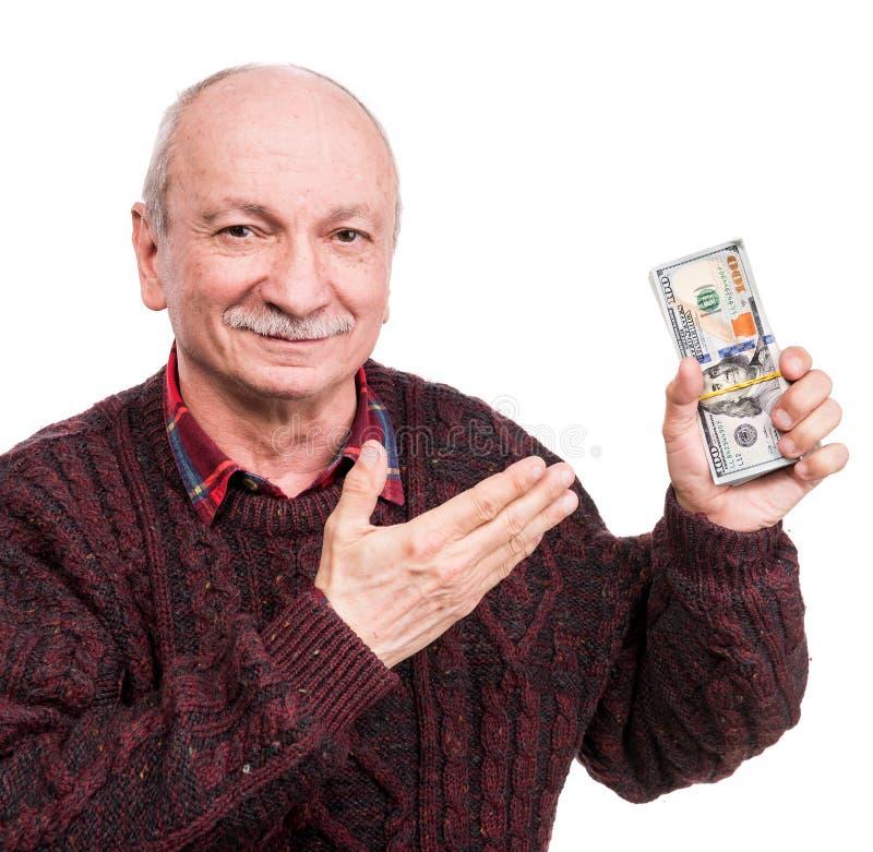 Hög man som rymmer en bunt av pengar Stående av en upphetsad gammal affärsman arkivfoton