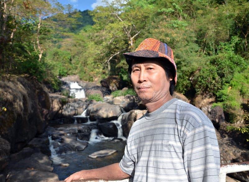 Hög man som tycker om vattenfallet fotografering för bildbyråer