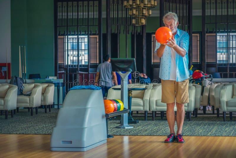 Hög manlig spela bowling royaltyfri bild