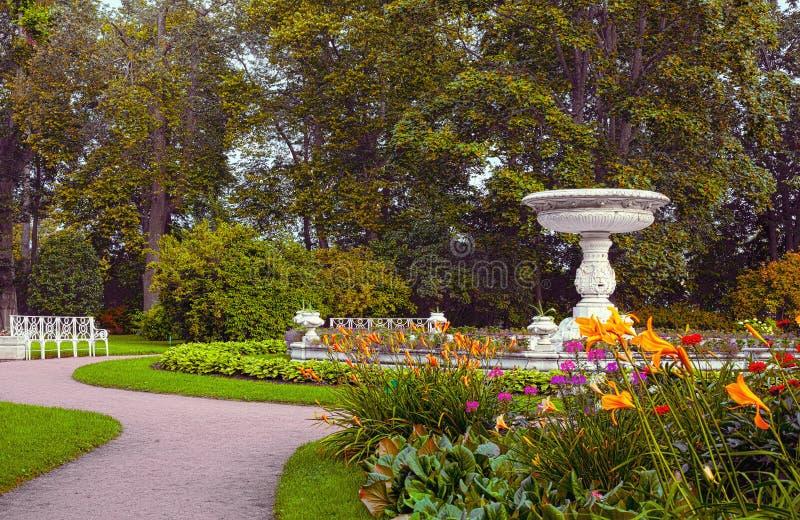 Hög marmorvas i sammansättningsmitten av den privata trädgården Landskapdelen av Catherine Park i Tsarskoye Selo, Sain royaltyfri foto
