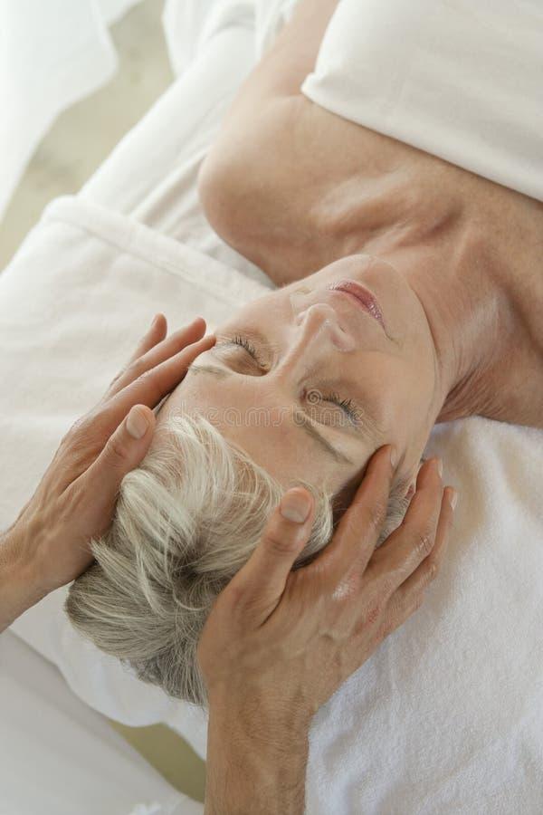 Hög massage för kvinnahälerihuvud royaltyfria foton