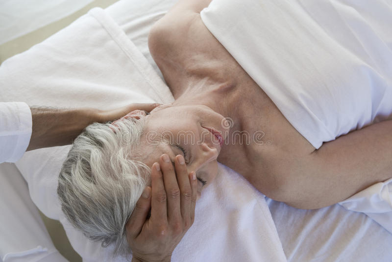 Hög massage för kvinnahälerihuvud arkivbild