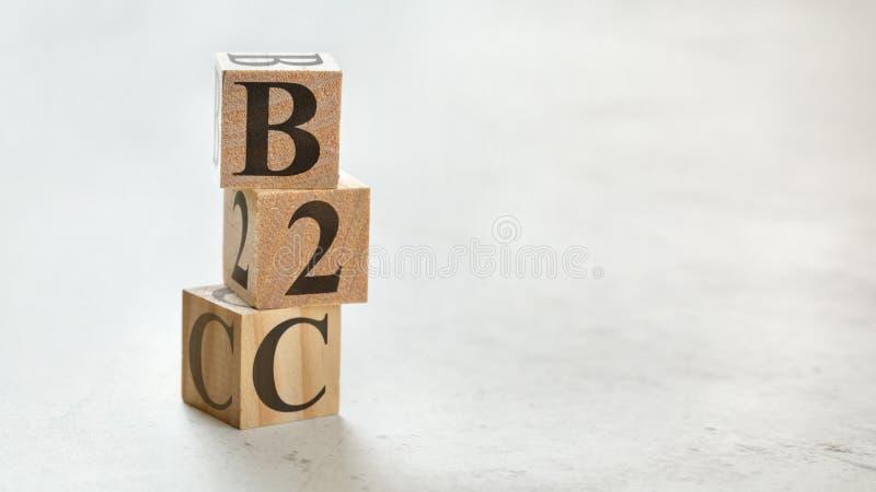 Hög med tre träkuber - affär för bokstavsB2C betydelse till kunden på dem, utrymme för mer text/bilder på rätsidan royaltyfria bilder