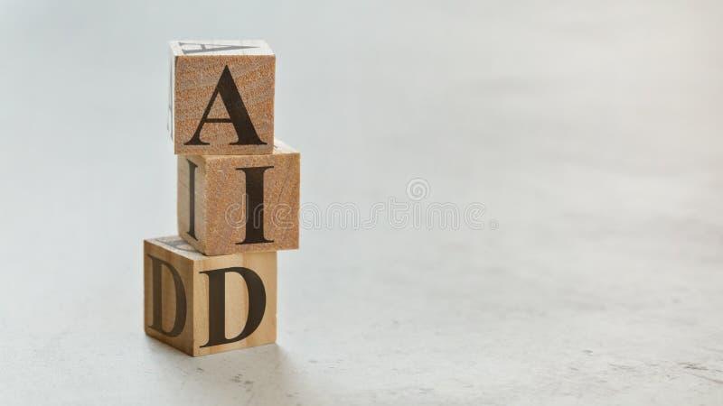 Hög med tre träkuber - bokstäver BISTÅR på dem, utrymme för mer text/bilder på rätsida arkivfoton