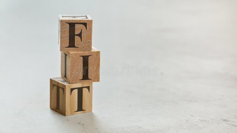 Hög med tre träkuber - bokstäver som ÄR FÄRDIGA på dem, utrymme för mer text/bilder på rätsida royaltyfria foton