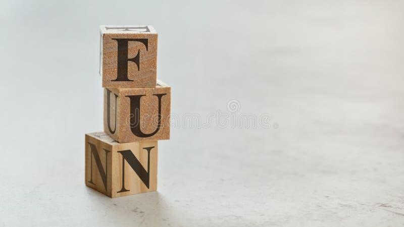 Hög med tre träkuber - bokstäver som ÄR ROLIGA på dem, utrymme för mer text/bilder på rätsida royaltyfria foton
