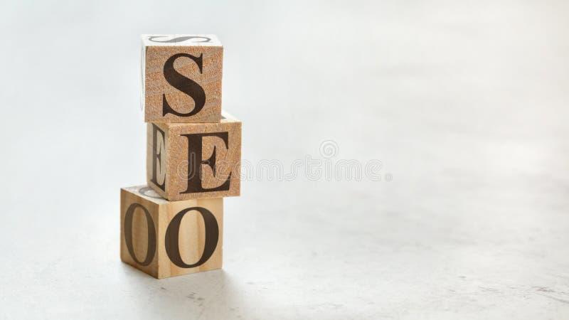 Hög med tre träkuber - för betydelsesökande för bokstäver SEO Optimization för motor på dem, utrymme för mer text/bilder på rätsi fotografering för bildbyråer