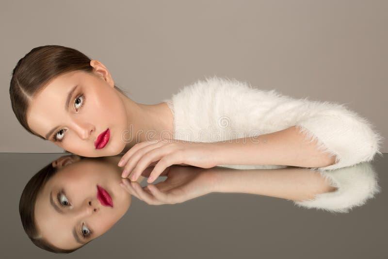 Hög-mode stående av den härliga sexiga brunettflickan med ljus makeup arkivfoton