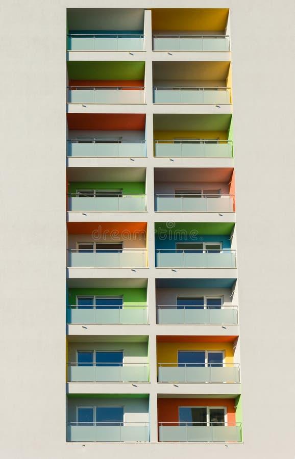 Hög modern byggnad med många färgrika balkonger royaltyfri bild