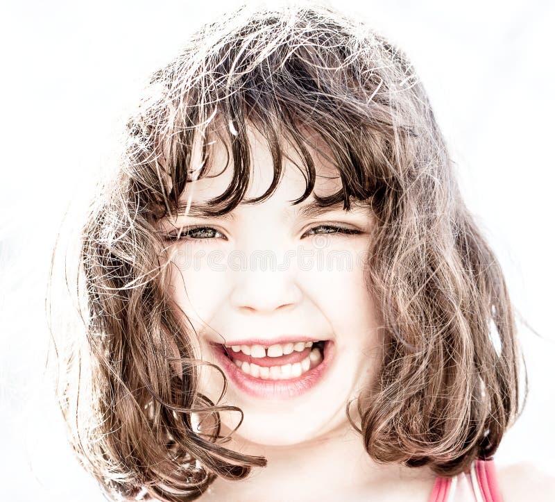 Hög nyckel- stående av att skratta för ung flicka royaltyfri foto