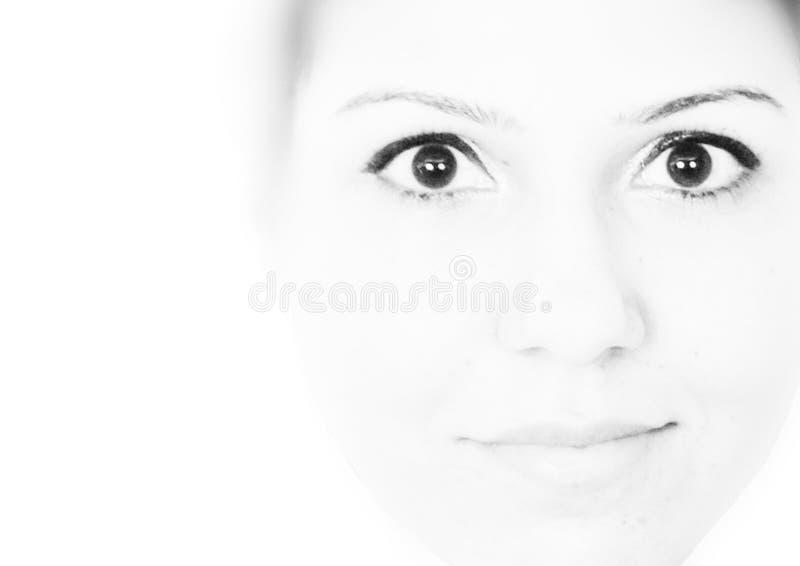 Hög nyckel- svartvit stående av en bärande eyeliner för flicka royaltyfria bilder