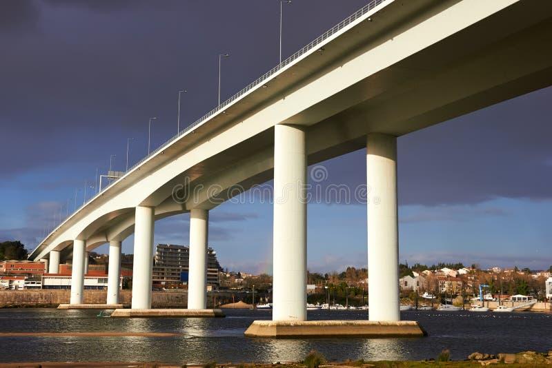 Hög och lång konkret bro royaltyfria bilder