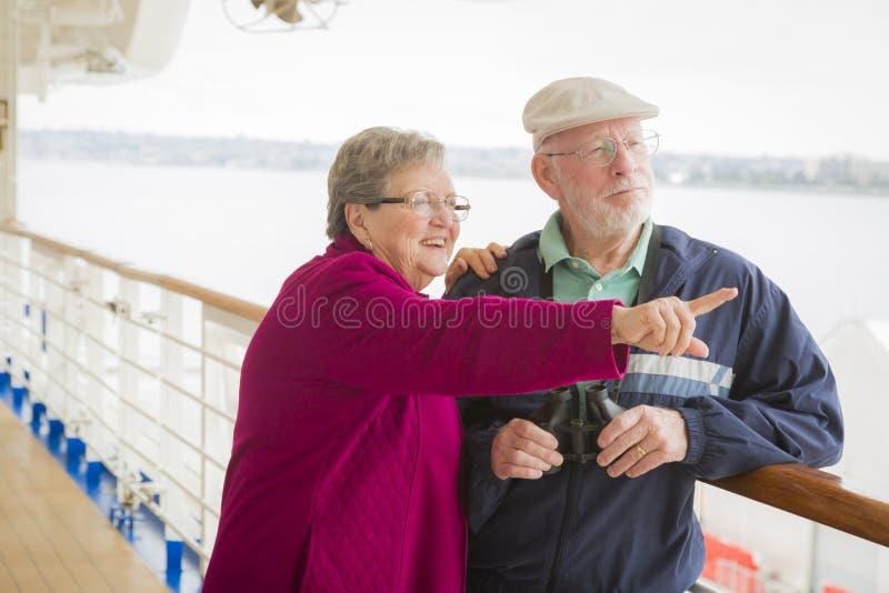 Hög parsikt som ser på däcket av ett kryssningskepp royaltyfri bild