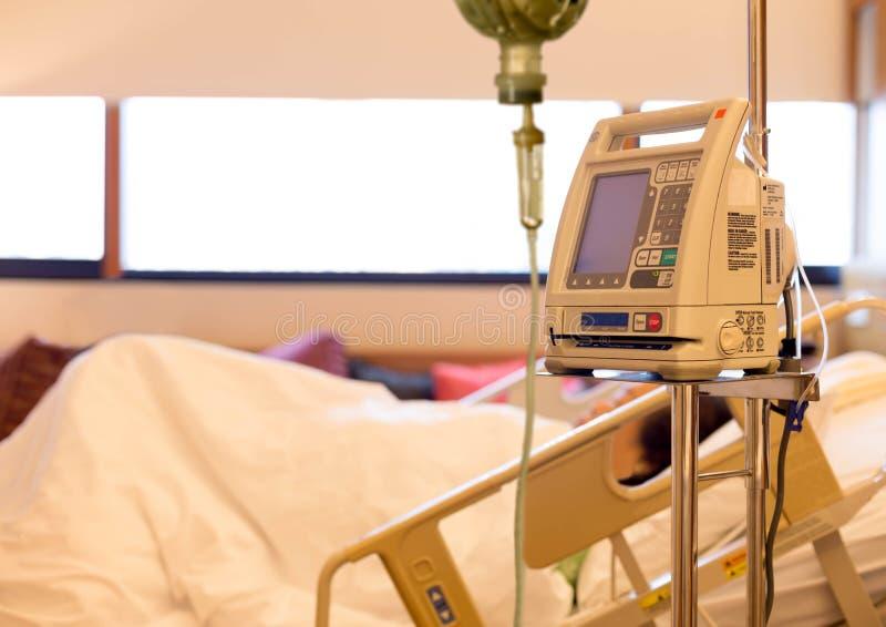 Hög patient med droppande i sjukhus fotografering för bildbyråer