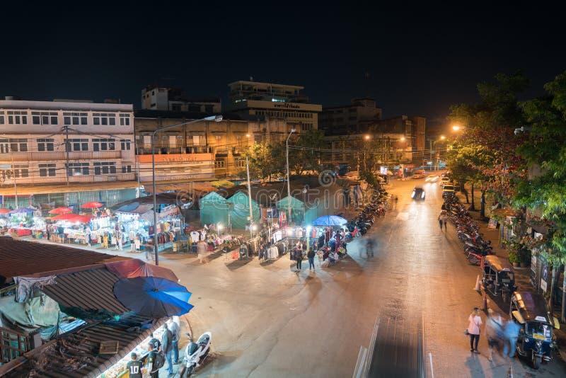 Hög poäng av sikten på stadsgatamarknader med folk och vehi royaltyfria bilder