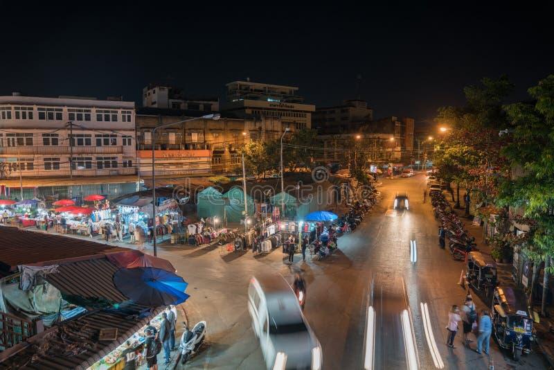 Hög poäng av sikten på stadsgatamarknader med folk och vehi fotografering för bildbyråer