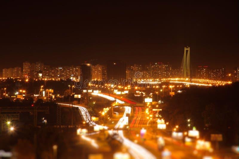 Hög poängsikt av stadsvägen på natten royaltyfri fotografi