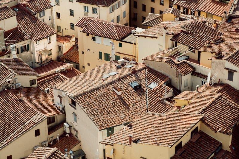 Hög poängsikt på cityscape av historiska Florence med tegelplattatak, Italien Tuscany område med historiska hus royaltyfri foto