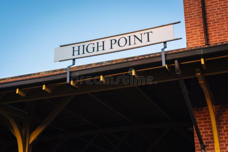 Hög poängtecken på drevstationen i hög poäng, North Carolina arkivfoto