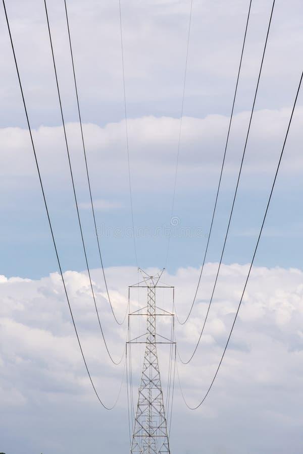 Hög pol för spänning, elektricitetsenergilinje kabel fotografering för bildbyråer