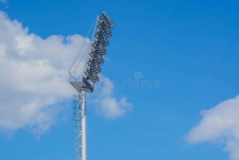 Hög polstrålkastarestadion tänder med bakgrund för blå himmel royaltyfri fotografi