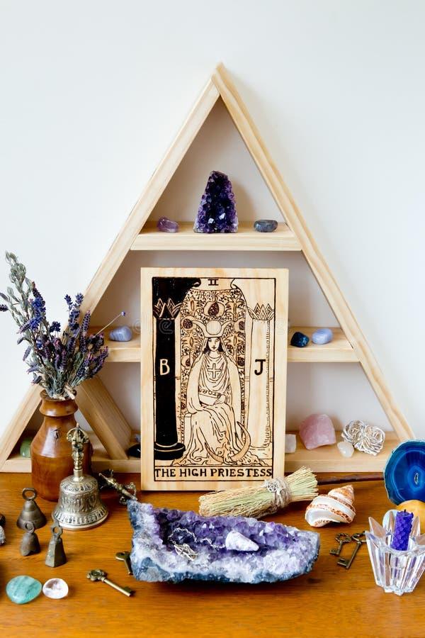 Hög Priestess för tarok på träaltareutrymme med kristaller och örter arkivbilder