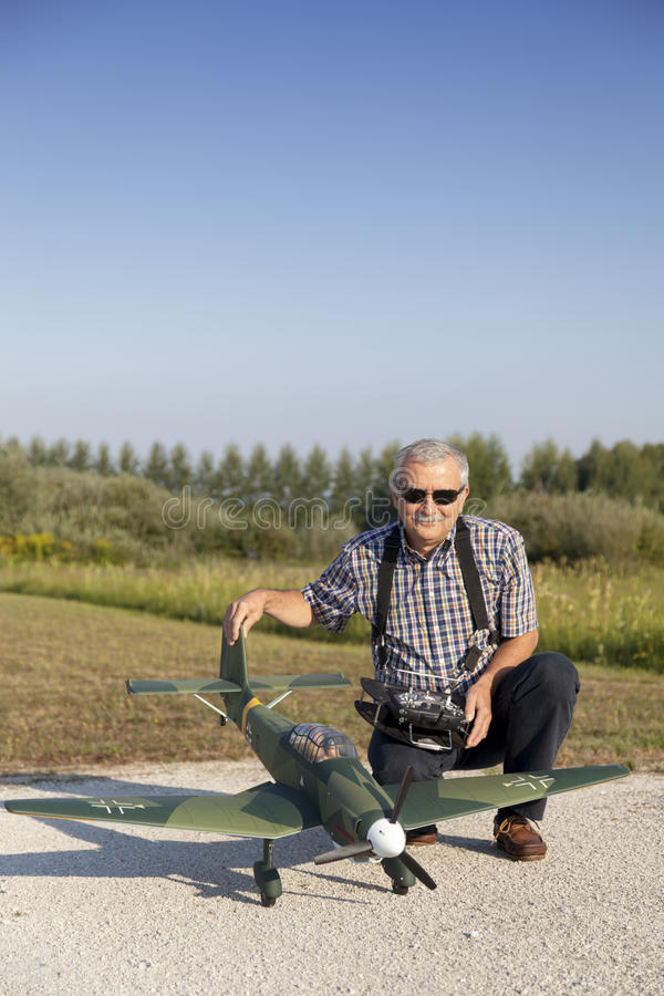 Hög RC-modellör Och Hans Nya Plana Modell Arkivbilder