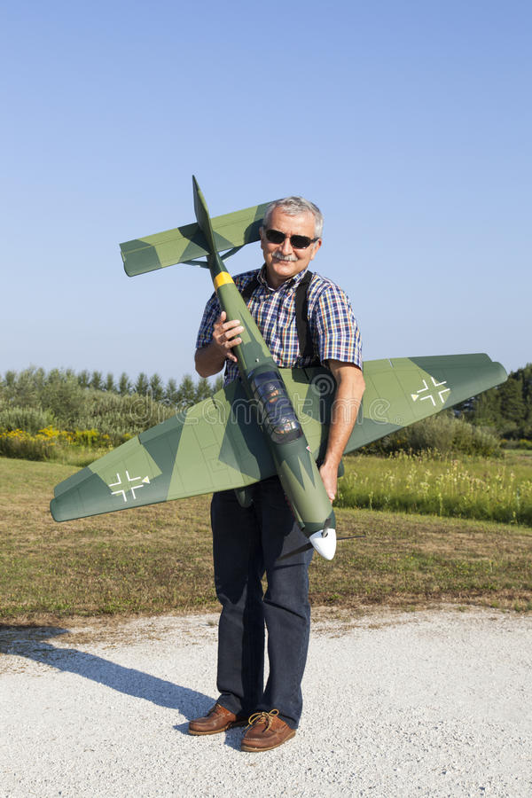 Hög RC-modellör Och Hans Nya Plana Modell Arkivfoton