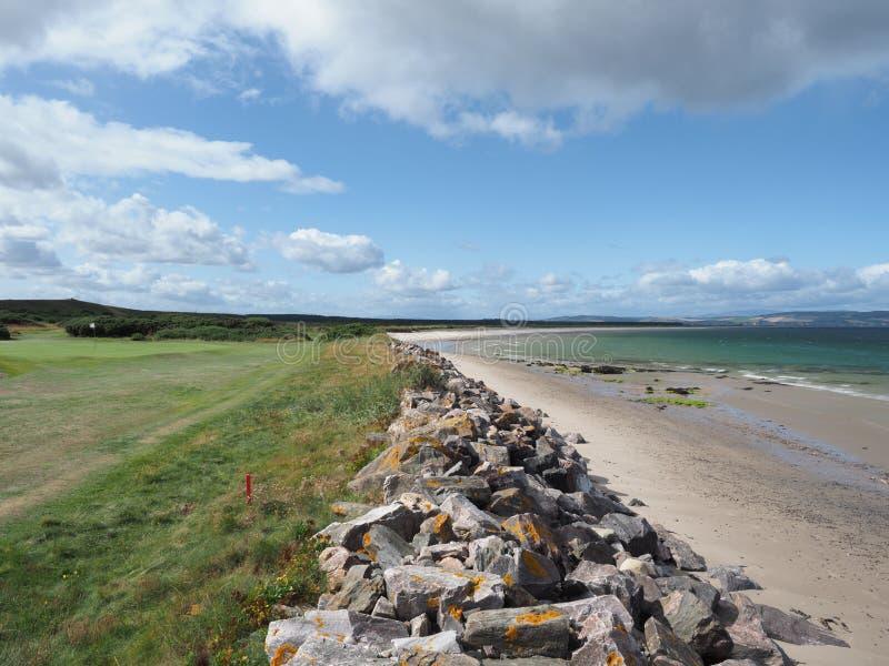 Hög res bild för 50MP Sommarsikt av den Nairn den västra stranden & golfbanan arkivbilder