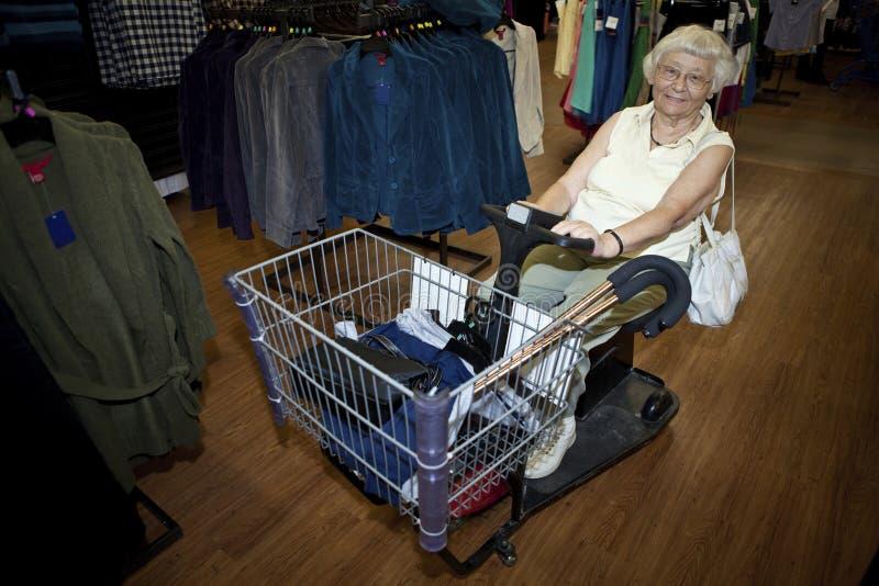 hög shoppingkvinna för buggy arkivbild