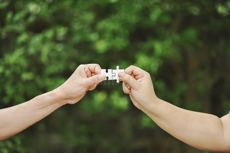 Hög sikt av affärsmän som löser pusslet Enhet i groen royaltyfri foto