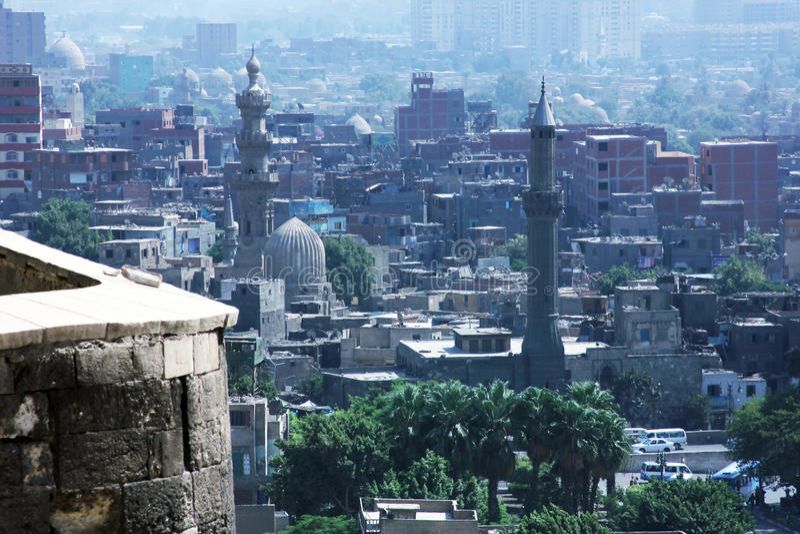 Hög sikt av fullsatta islamiska cairo i Egypten på sommar royaltyfri foto